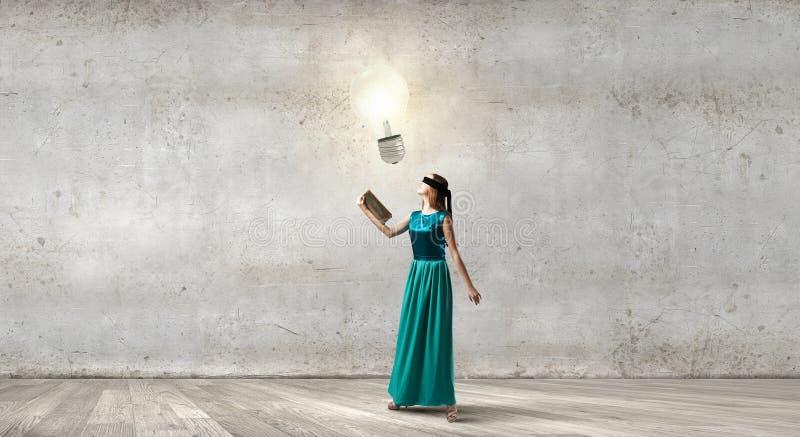 Η ανάγνωση αναπτύσσει τη φαντασία στοκ εικόνα