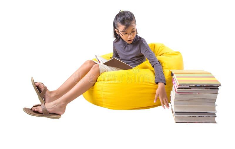 Η ανάγνωση κοριτσιών κρατά ΙΙ στοκ εικόνες