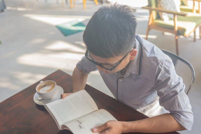 Η ανάγνωση των βιβλίων στο ελεύθερο χρόνο είναι καλύτερος τρόπος να χαλαρώσει στοκ φωτογραφίες με δικαίωμα ελεύθερης χρήσης