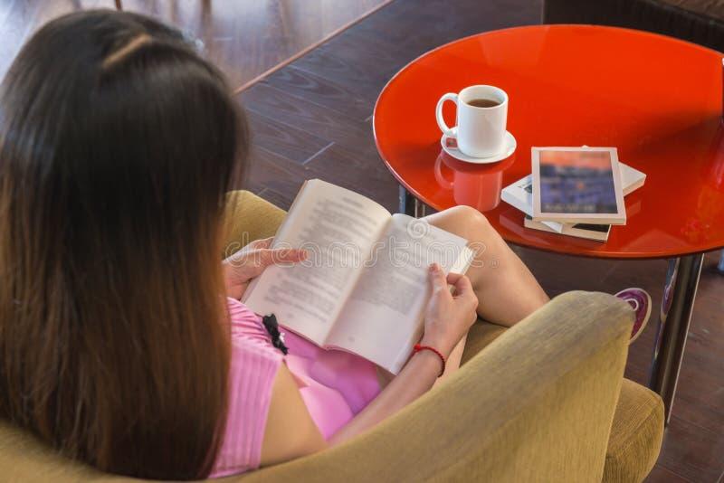 Η ανάγνωση των βιβλίων είναι καλός τρόπος να χαλαρώσει στοκ φωτογραφίες με δικαίωμα ελεύθερης χρήσης