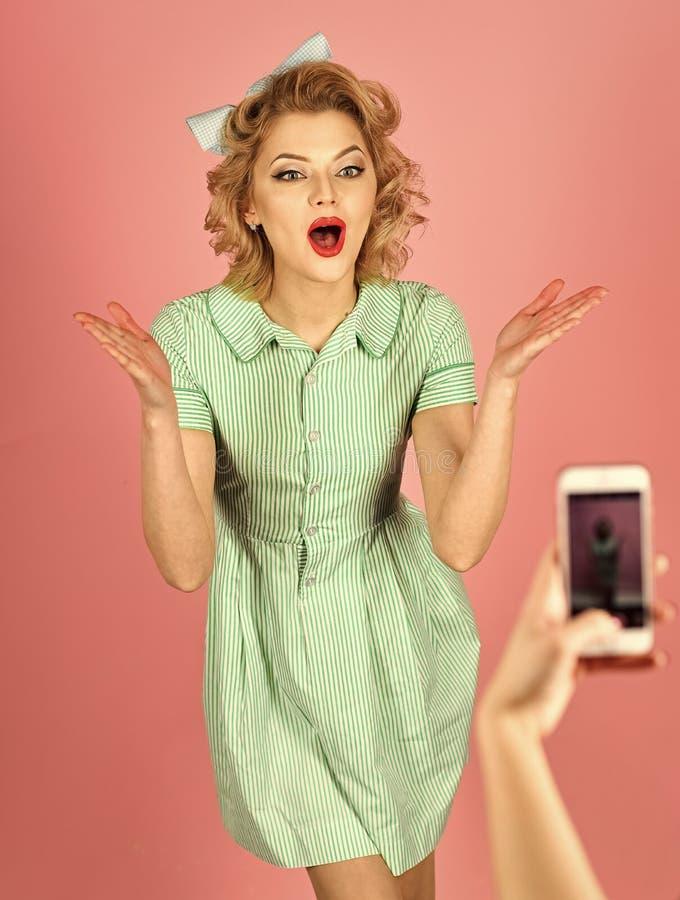 Η αναδρομική ευτυχής γυναίκα θέτει για την τηλεφωνική φωτογραφία κυττάρων, ο τρύγος κοιτάζει στοκ εικόνες