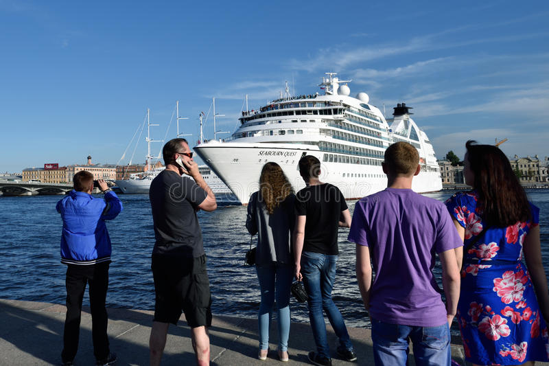 Η αναζήτηση Seabourn σκαφών της γραμμής κρουαζιέρας αναχωρεί από τη Αγία Πετρούπολη, Ρωσία στοκ εικόνα με δικαίωμα ελεύθερης χρήσης