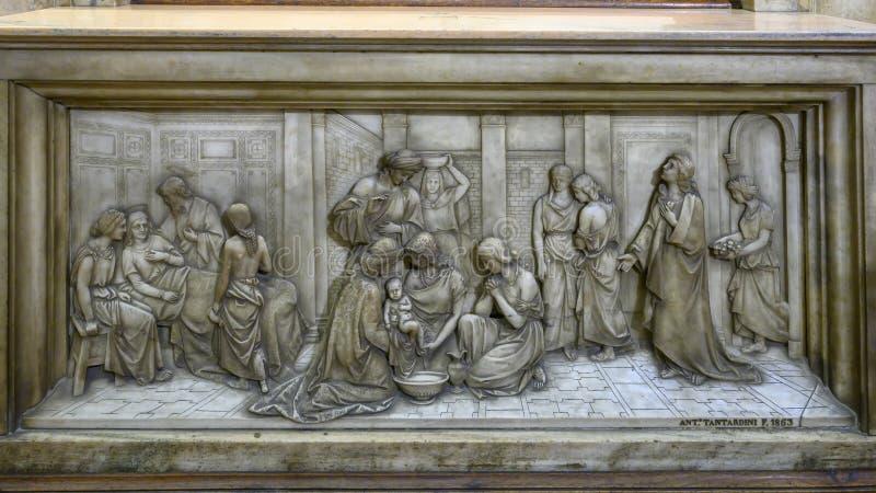 Η ανακούφιση του νηπίου Ιησούς έλουσε μέσα στον καθεδρικό ναό του Μιλάνου, η εκκλησία καθεδρικών ναών του Μιλάνου, Λομβαρδία, Ιτα στοκ φωτογραφία με δικαίωμα ελεύθερης χρήσης