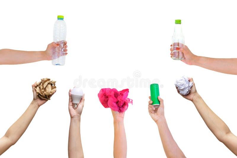 Η ανακυκλώσιμη λαβή χεριών παρουσιάζει στο σύμβολο πλαστική χρησιμοποιημένη μπουκάλι κονσερβοποιημένη έγγραφο λάμπα φωτός στοκ φωτογραφίες