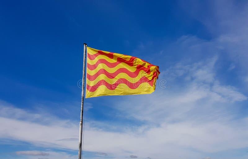 Η αναπτυσσόμενη καταλανική σημαία στο υπόβαθρο του μπλε νεφελώδους στοκ φωτογραφίες με δικαίωμα ελεύθερης χρήσης