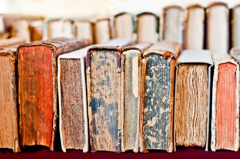 η ανασκόπηση κρατά παλαιό Σωρός των βιβλίων σε μια σειρά στοκ εικόνα με δικαίωμα ελεύθερης χρήσης