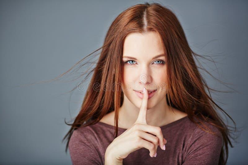 η ανασκόπηση που καλύπτει το στόμα συντηρήσεών της shhhh βλασταίνει τις νεολαίες λευκών γυναικών στούντιο σιωπής στοκ φωτογραφία με δικαίωμα ελεύθερης χρήσης