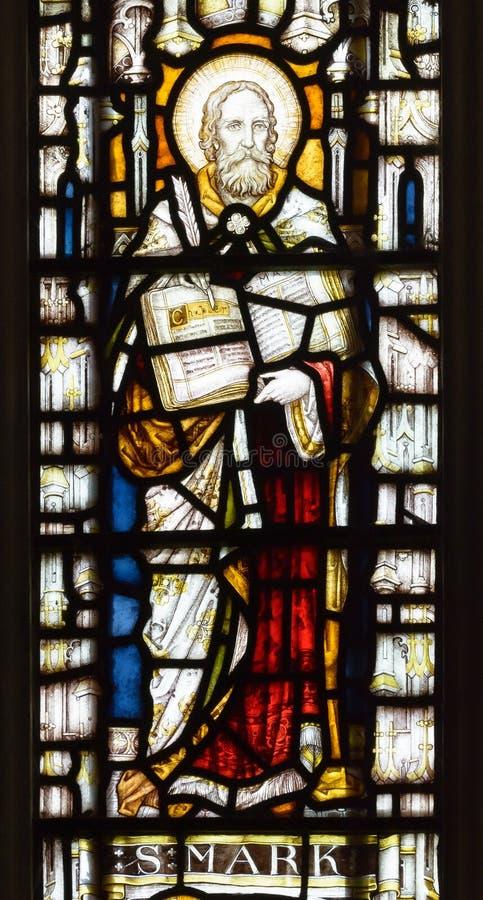 Η ανατολή εκκλησιών του ST Andrew ` s λεκίασε το στενό επάνω σημάδι Αγίου παραθύρων γυαλιού στοκ φωτογραφία με δικαίωμα ελεύθερης χρήσης