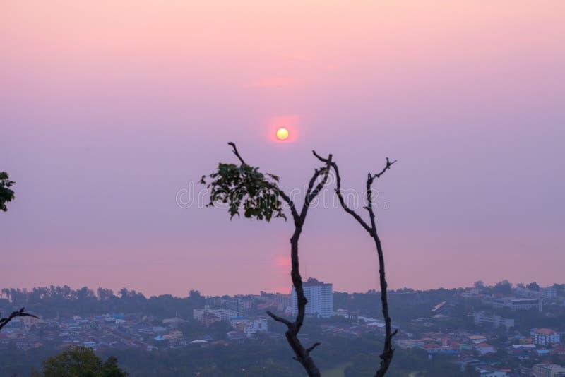 Η ανατολή επάνω από τον ωκεάνιο καπνό κάνει το χωριό της Fai LEK Khao Hin κάλυψης ρύπανσης στοκ φωτογραφία με δικαίωμα ελεύθερης χρήσης