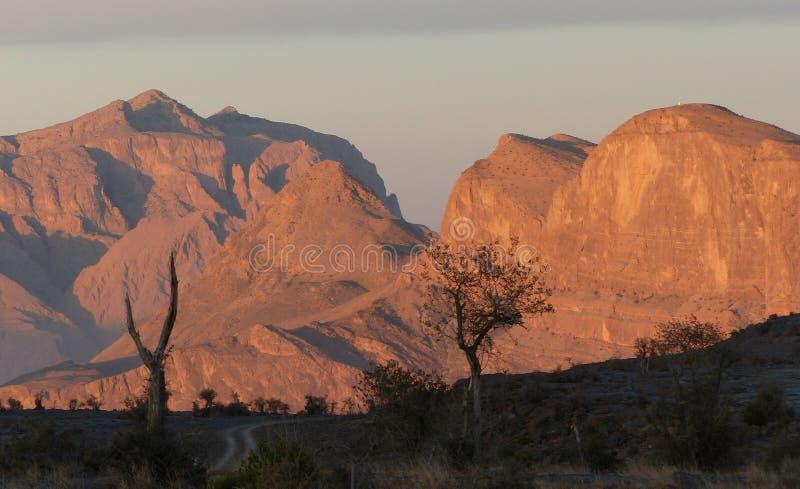 Η ανατολή πέρα από το Jebel υποκρίνεται τα βουνά, Ομάν στοκ φωτογραφία με δικαίωμα ελεύθερης χρήσης