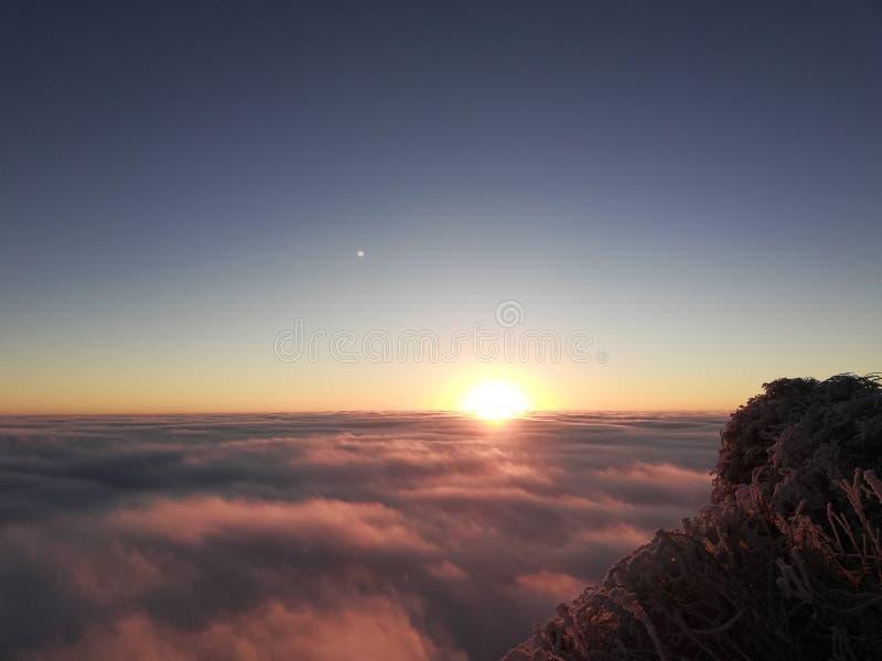 Η ανατολή του ηλίου στη Χρυσή Κορυφή του Όρους Μεί στοκ εικόνες