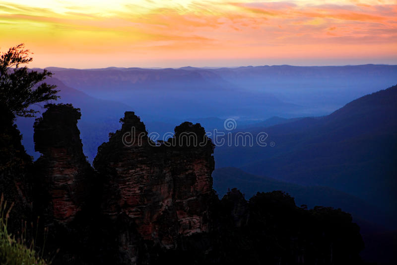 Η ανατολή της Dawn σκιαγραφεί τα τρία μπλε βουνά Austra αδελφών στοκ εικόνες με δικαίωμα ελεύθερης χρήσης