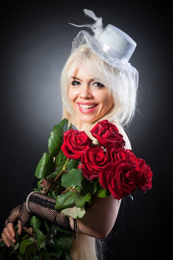 Η αναδρομική φωτογραφία ενός χαριτωμένου κοριτσιού σε ένα εκλεκτής ποιότητας καπέλο στοκ εικόνα με δικαίωμα ελεύθερης χρήσης