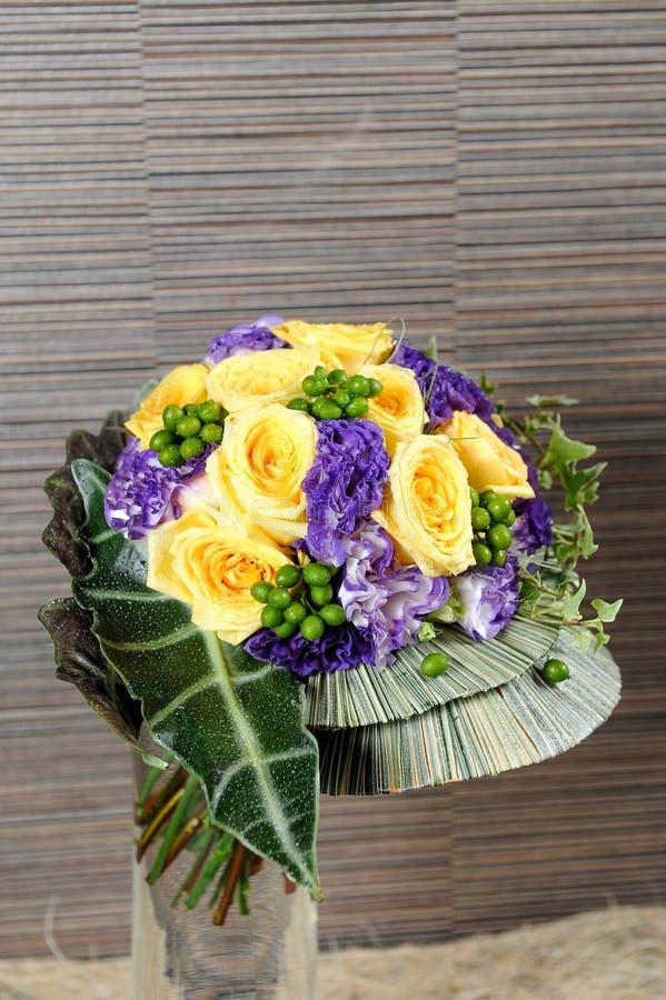Η ανθοδέσμη των λουλουδιών άνοιξη και κίτρινος αυξήθηκε στοκ εικόνες