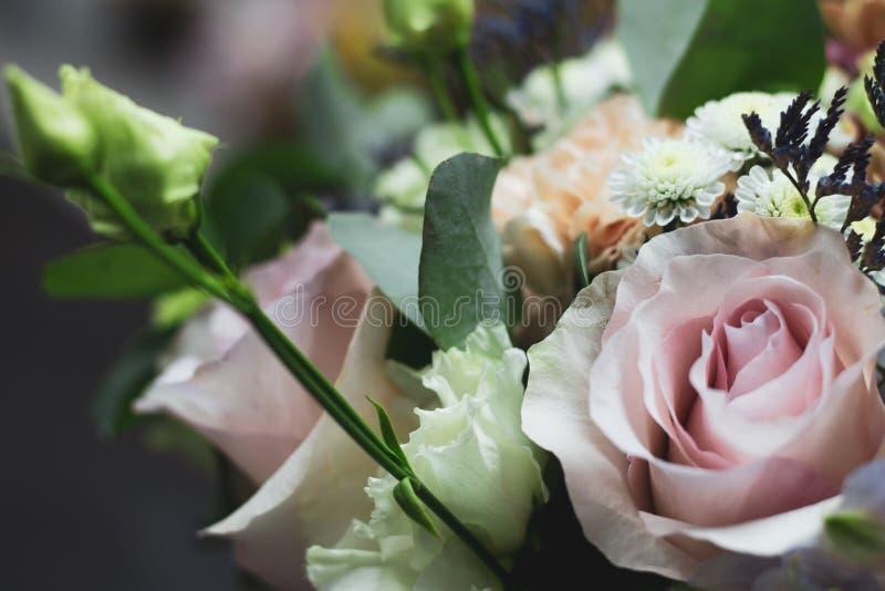 Η ανθοδέσμη των λουλουδιών στους ευγενείς τόνους κλείνει επάνω το floral υπόβαθρο στοκ εικόνες