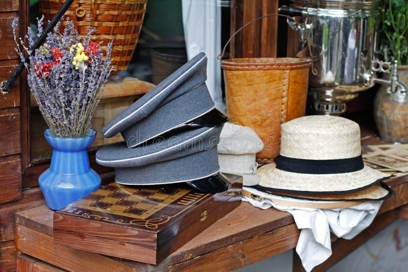 Η ανθοδέσμη lavender στο βάζο, τα οξυνμένα καλύμματα, τα καπέλα και η σκακιέρα βρίσκονται σε έναν ξύλινο μετρητή στοκ φωτογραφία με δικαίωμα ελεύθερης χρήσης