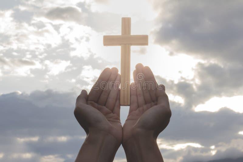Η ανθρώπινη ανοικτή παλάμη χεριών λατρεύει επάνω Η θεραπεία Eucharist ευλογεί το Θεό αυτός στοκ φωτογραφία