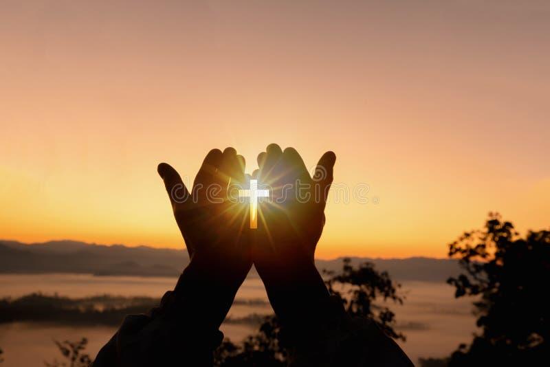 Η ανθρώπινη ανοικτή παλάμη χεριών λατρεύει επάνω Η θεραπεία Eucharist ευλογεί το Θεό που βοηθά να μετανοήσει το καθολικό παραχωρή στοκ φωτογραφία με δικαίωμα ελεύθερης χρήσης