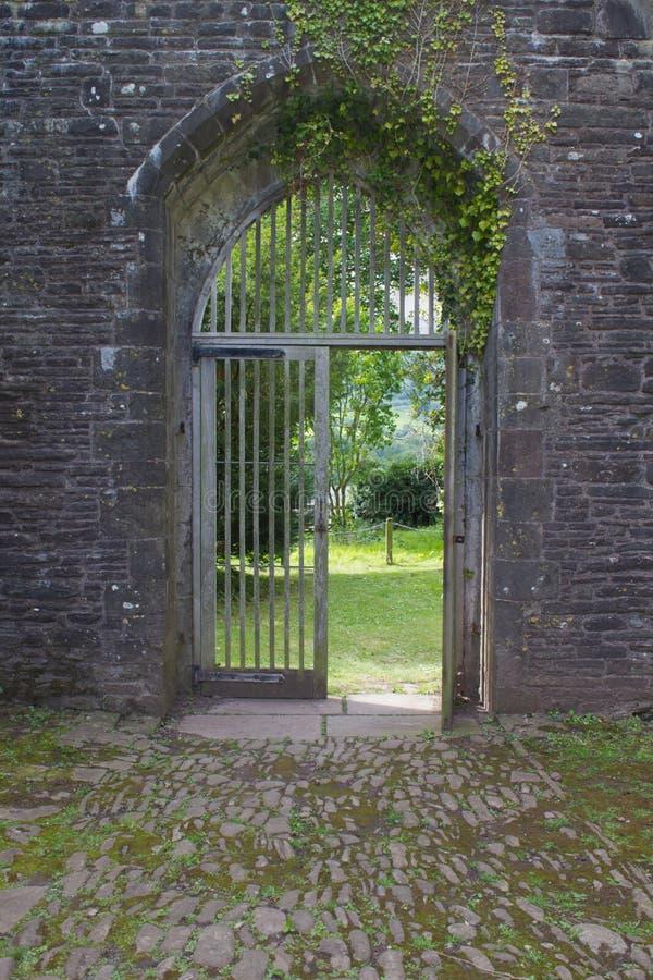 Η ανοικτή ξύλινη πύλη στην αψίδα του αρχαίου κοινοβίου σε Brecon οδηγεί τη νότια Ουαλία, UK στοκ εικόνες με δικαίωμα ελεύθερης χρήσης
