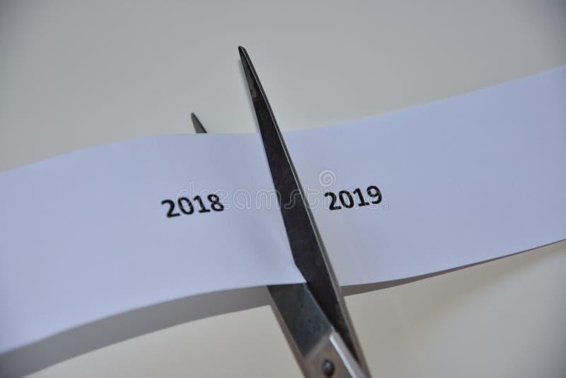 Η αντίφαση μεταξύ του νέου έτους και του έτους παρελθόντος στοκ φωτογραφία