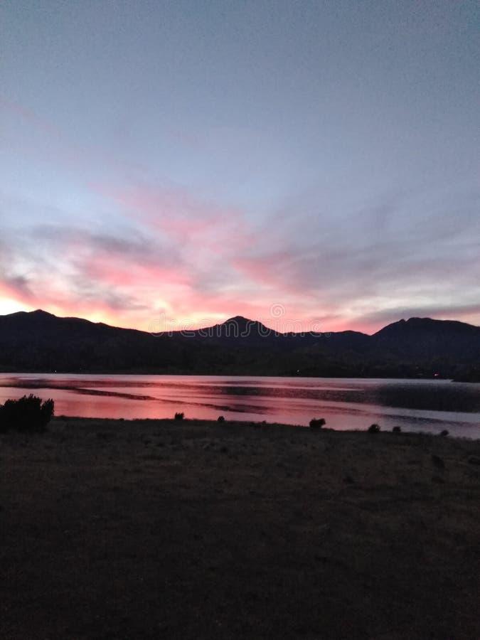 Η αντανάκλαση ενός όμορφου ηλιοβασιλέματος στα καλά βουνά Καλιφόρνιας στοκ φωτογραφία με δικαίωμα ελεύθερης χρήσης