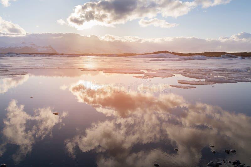Η αντανάκλαση επάγωσε τη λιμνοθάλασσα, χειμερινή εποχή της Ισλανδίας παγετώνων Jokulsarlon στοκ φωτογραφίες