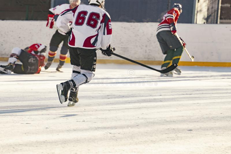 η αντιστοιχία χόκεϋ πάγου, παίκτες και των δύο ομάδων ανταγωνίζεται στο πρωτάθλημα φ στοκ εικόνα με δικαίωμα ελεύθερης χρήσης