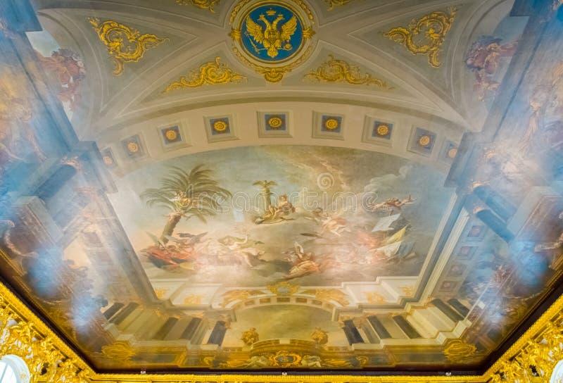 Η ανώτατη ζωγραφική στην πολυτελή αίθουσα του εσωτερικού καθρεφτών του παλατιού της Catherine σε Άγιο Πετρούπολη, Ρωσία στοκ φωτογραφία
