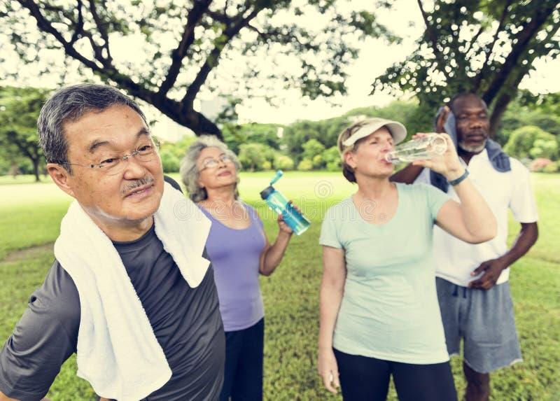 Η ανώτερη άσκηση φίλων ομάδας χαλαρώνει την έννοια στοκ φωτογραφία με δικαίωμα ελεύθερης χρήσης