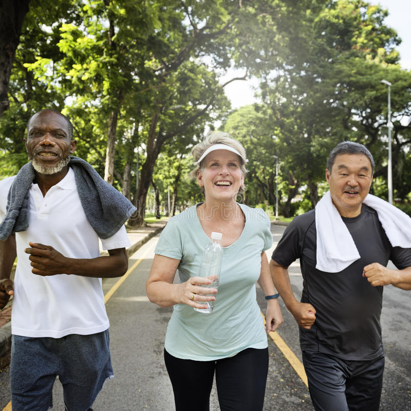 Η ανώτερη άσκηση φίλων ομάδας χαλαρώνει την έννοια στοκ φωτογραφίες