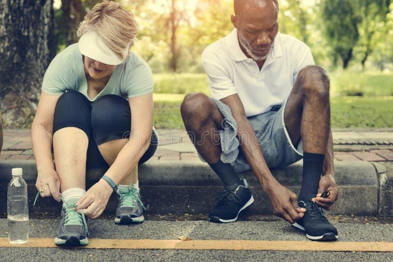 Η ανώτερη άσκηση φίλων ομάδας χαλαρώνει την έννοια στοκ φωτογραφία