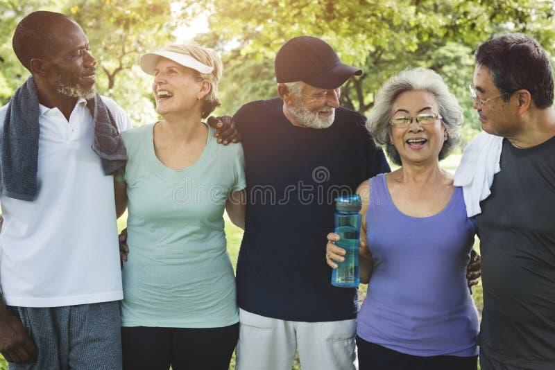 Η ανώτερη άσκηση φίλων ομάδας χαλαρώνει την έννοια στοκ εικόνες
