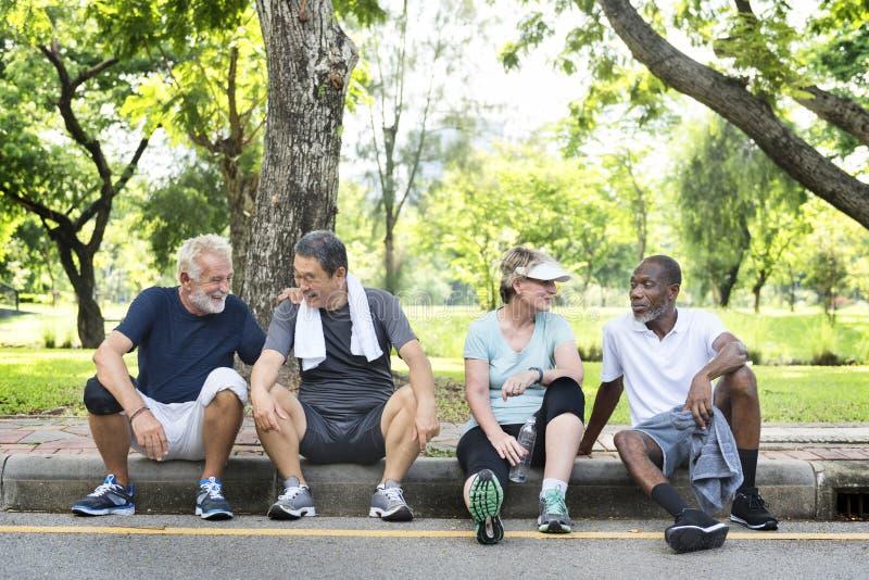 Η ανώτερη άσκηση φίλων ομάδας χαλαρώνει την έννοια στοκ εικόνα
