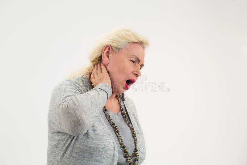 Η ανώτερη γυναίκα έχει τον πόνο λαιμών στοκ φωτογραφία με δικαίωμα ελεύθερης χρήσης