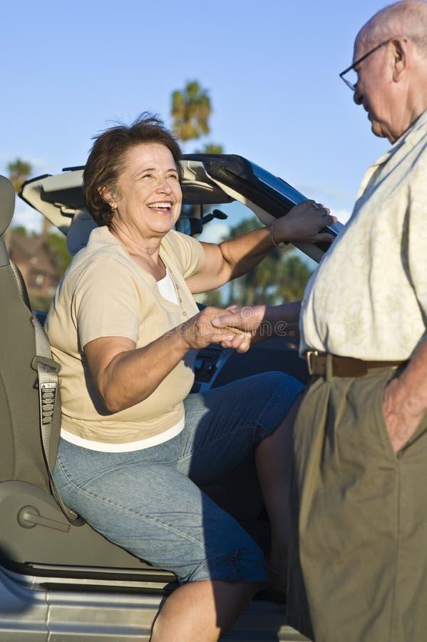 Η ανώτερη γυναίκα ενισχύεται από ένα αυτοκίνητο στοκ φωτογραφίες με δικαίωμα ελεύθερης χρήσης