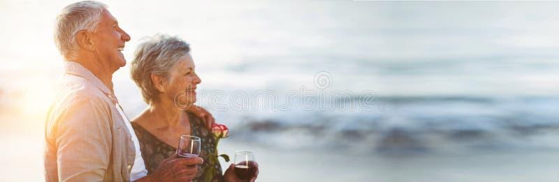 Η ανώτερη εκμετάλλευση ζευγών αυξήθηκαν και τα γυαλιά κόκκινου κρασιού στοκ εικόνα