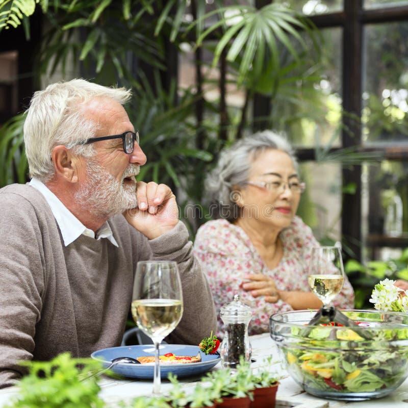 Η ανώτερη ομάδα χαλαρώνει την έννοια Dinning τρόπου ζωής στοκ φωτογραφία