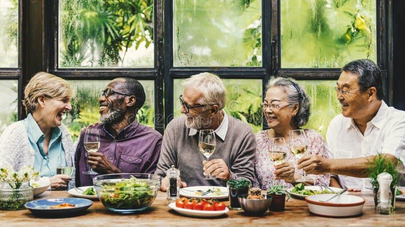 Η ανώτερη ομάδα χαλαρώνει την έννοια Dinning τρόπου ζωής στοκ εικόνες