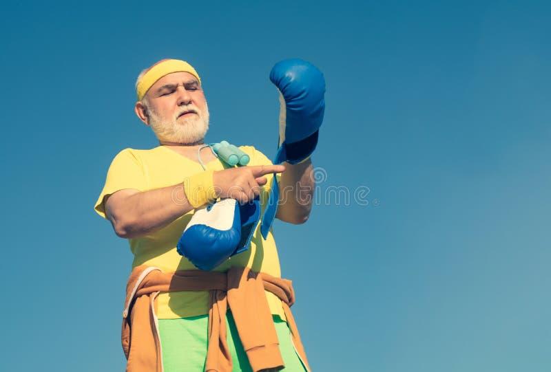 Η ανώτερη πάλη ατόμων θέτει Ανώτερο αθλητικό άτομο στη θέση εγκιβωτισμού που κάνει τις ασκήσεις με τα εγκιβωτίζοντας γάντια Υγιής στοκ φωτογραφία με δικαίωμα ελεύθερης χρήσης