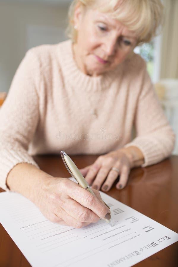 Η ανώτερη υπογραφή γυναικών στο τέλος και διαθήκη στο σπίτι στοκ φωτογραφία με δικαίωμα ελεύθερης χρήσης
