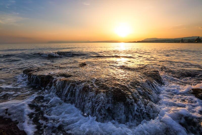 Η απίστευτη ανατολή απεικονίζει στο νερό Τοπίο πρωινού με τα βουνά Όμορφη θάλασσα με τα κύματα Ρομαντικός χαλαρώστε τη θέση στοκ εικόνα