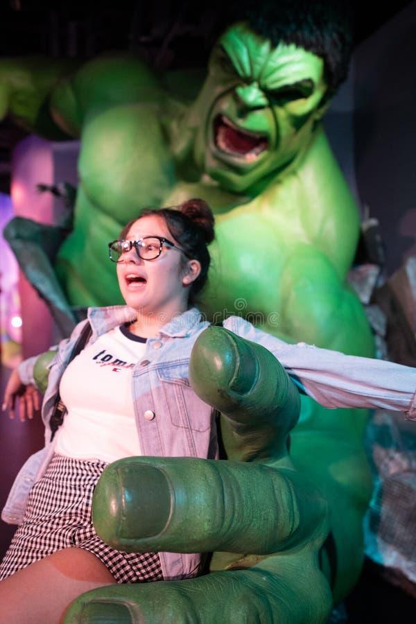 Η απίστευτη Hulk κυρία tussauds τοποθέτηση μουσείων κηροπλαστικών κοριτσιών εφήβων με το σύνολο - μεγέθους πρότυπο στοκ εικόνα με δικαίωμα ελεύθερης χρήσης