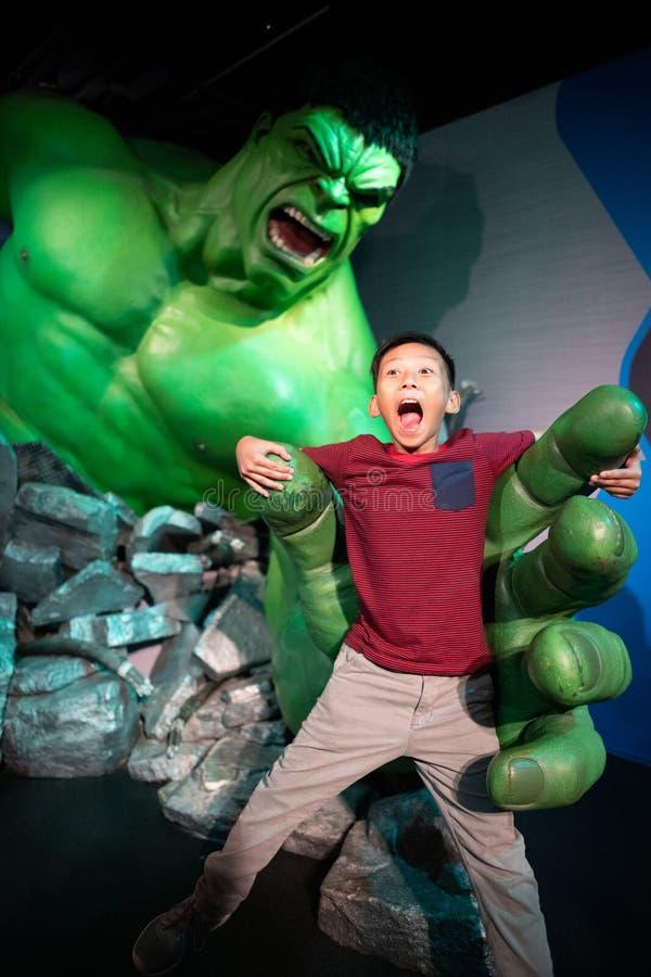 Η απίστευτη Hulk κυρία tussauds τοποθέτηση μουσείων κηροπλαστικών μπροστινής άποψης αγοριών εφήβων με το σύνολο - μεγέθους πρότυπ στοκ φωτογραφία με δικαίωμα ελεύθερης χρήσης