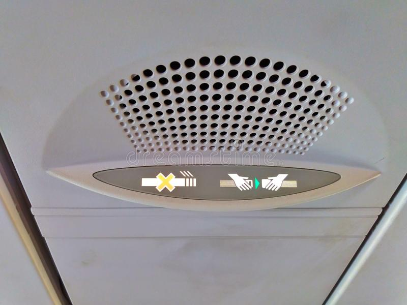 Η απαγόρευση του καπνίσματος και στερεώνει το σήμα ζωνών ασφαλείας σε ένα αεροπλάνο στοκ εικόνες με δικαίωμα ελεύθερης χρήσης