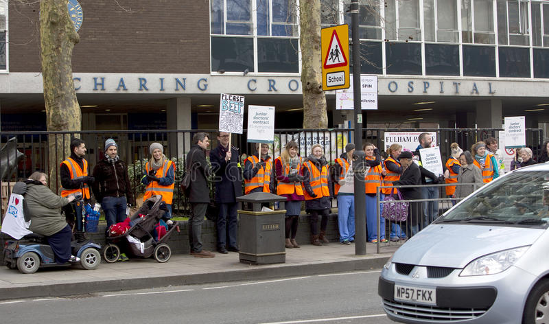 Η απεργία των κατώτερων γιατρών έξω από το διαγώνιο νοσοκομείο Charing, Λονδίνο, ενώνει στοκ φωτογραφίες