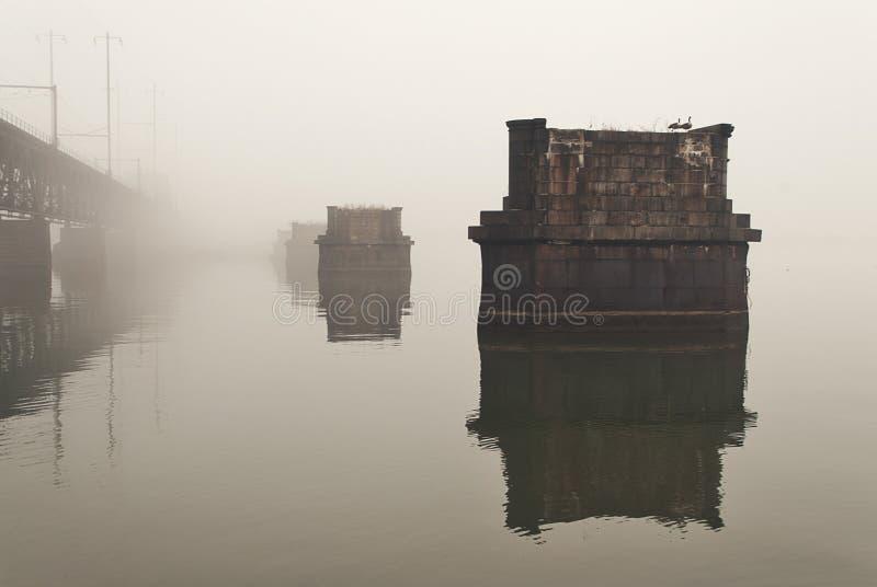 Η αποβάθρα αποβαθρών της Μέρυλαντ εγκατέλειψε τη γέφυρα τραίνων στο νερό στο τοπίο ομίχλης στοκ φωτογραφία με δικαίωμα ελεύθερης χρήσης