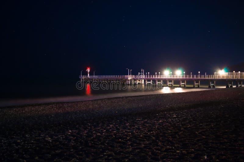 Η αποβάθρα είναι φωτισμένα τή νύχτα φω'τα στοκ εικόνα με δικαίωμα ελεύθερης χρήσης