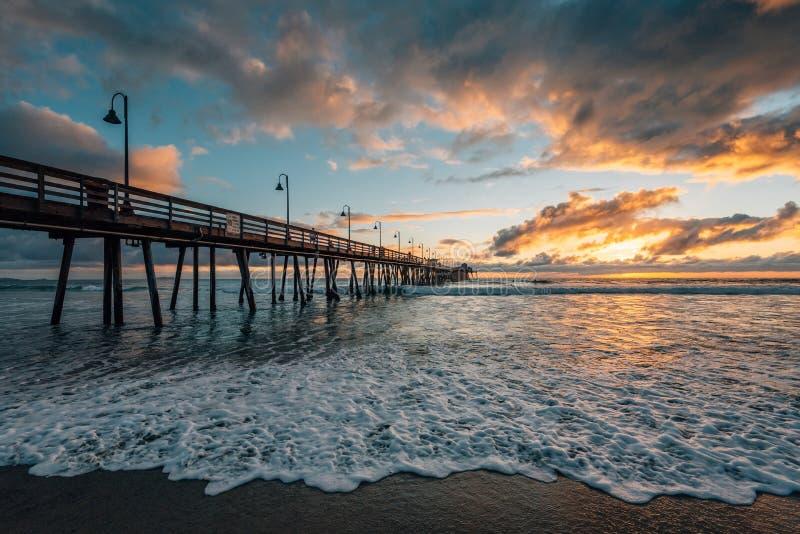 Η αποβάθρα και ο Ειρηνικός Ωκεανός στο ηλιοβασίλεμα, στην αυτοκρατορική παραλία, κοντά στο Σαν Ντιέγκο, Καλιφόρνια στοκ εικόνα