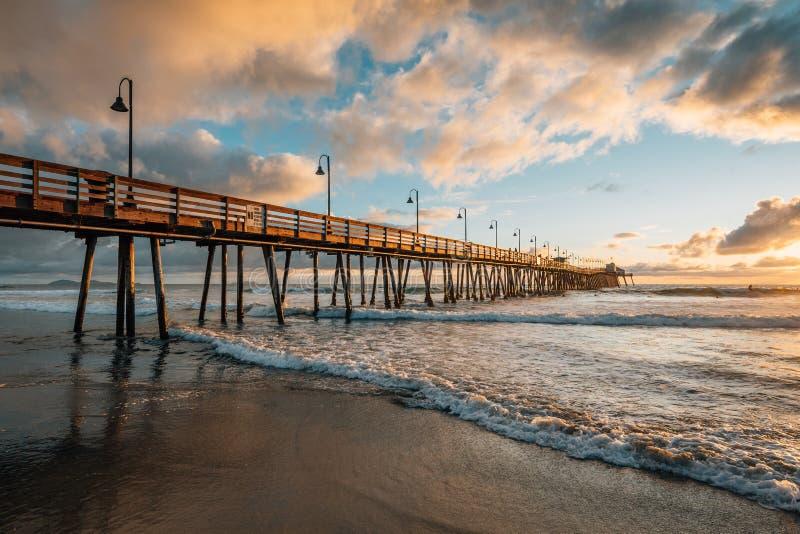 Η αποβάθρα και ο Ειρηνικός Ωκεανός στο ηλιοβασίλεμα, στην αυτοκρατορική παραλία, κοντά στο Σαν Ντιέγκο, Καλιφόρνια στοκ φωτογραφία με δικαίωμα ελεύθερης χρήσης