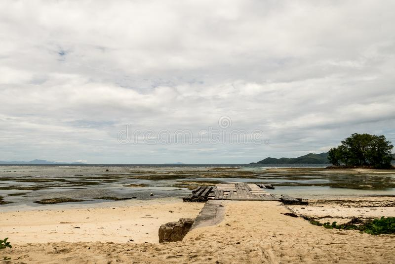 Η αποβάθρα της παραλίας πριν από την πηγή Δ ` Argent, Λα Digue, Sey Anse στοκ εικόνα